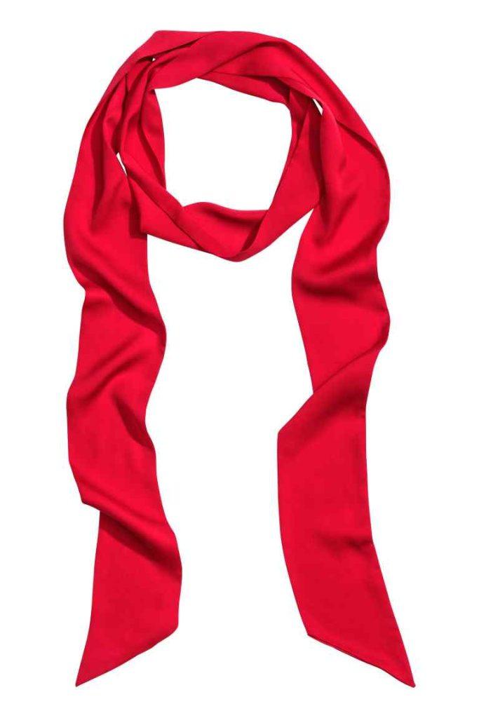 H&M nos propone este precioso pañuelo de satén con un color muy vivo que da alegría a nuestro rostro y nuestro look.