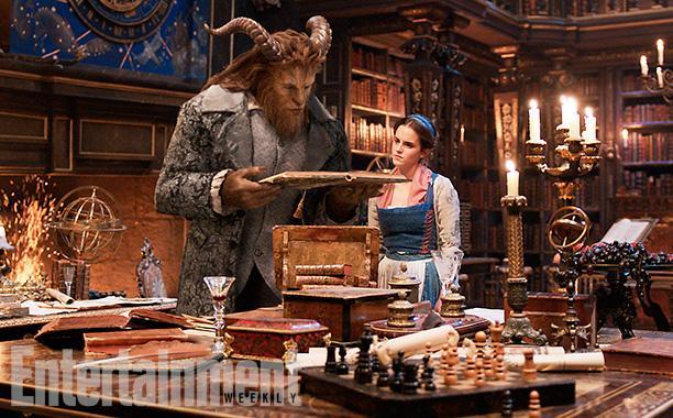 Bella y Bestia entre el objeto preferido de Bella, los libros.