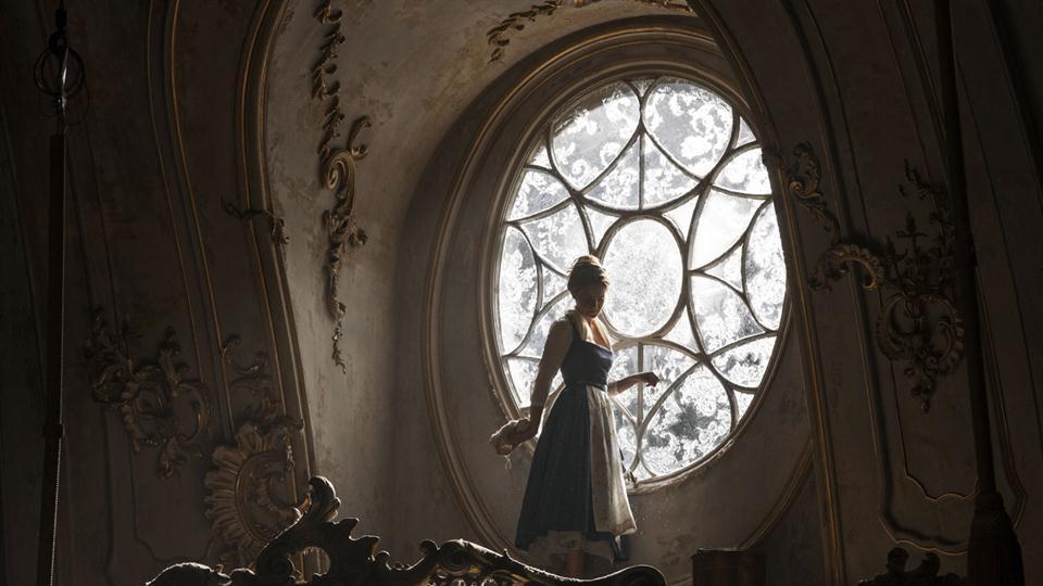 En esta imagen podemos ver a Emma Watson en el palacio de la Bestia