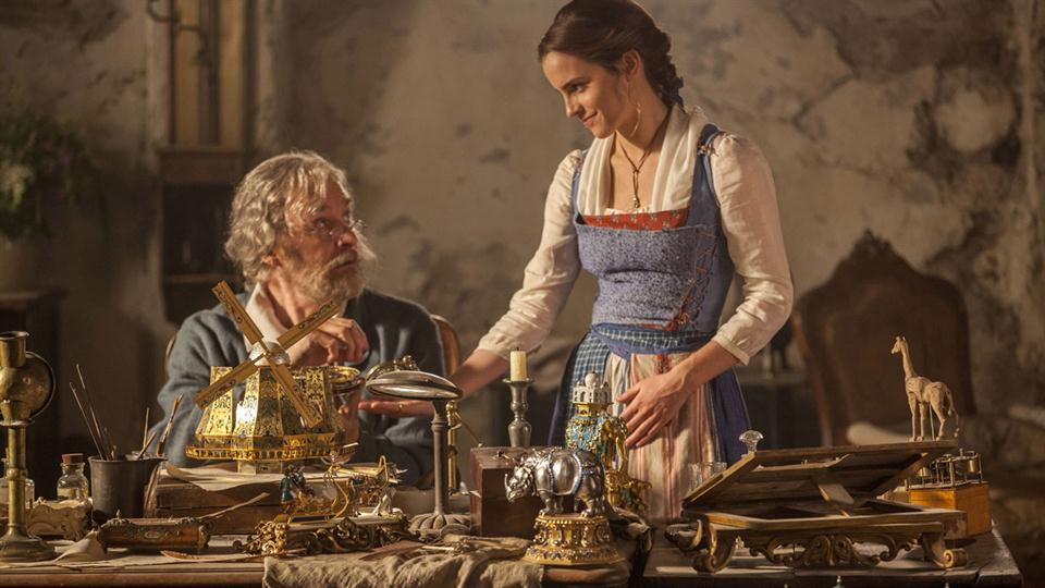Bella junto a su padre, Maurice (Kevin Kline). En el 2017 ella será la inventora, para lo que lucirá prendas cómodas.